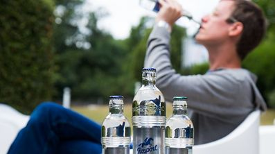 """Rosport hat seine Ein-Liter-Glasflaschen für die Mineralwasser """"Classic"""" und """"Blue"""" vorläufig aus dem Verkauf genommen."""