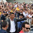"""La """"Ronaldomania"""" frappe déjà Turin. Même quand la star prend tout le monde à contre-pied en arrivant un jour plus tôt que prévu."""