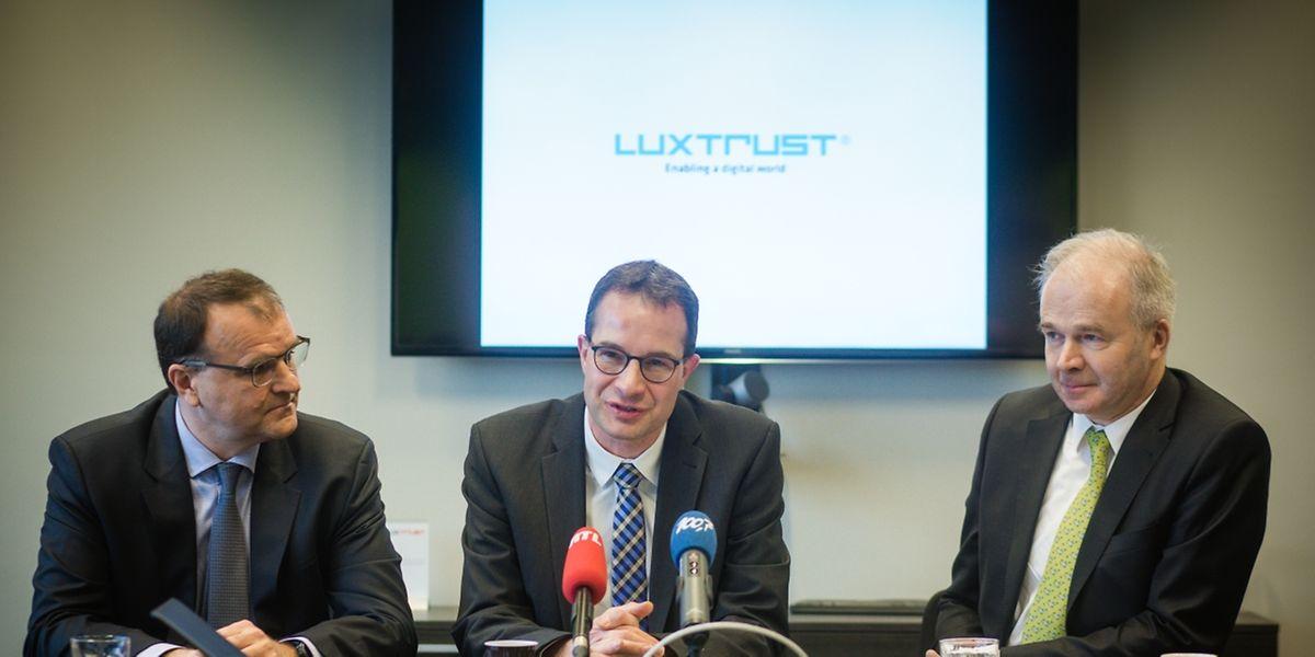 Le directeur général de LuxTrust, Pascal Rogiest, entre John Dann et Bernard Antoine, le directeur commercial de LuxTrust, a lancé les hostilités du développement