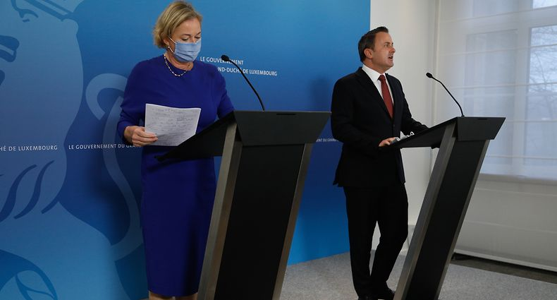 Gesundheitsministerin Paulette Lenert (LSAP) und Premier Xavier Bettel (DP) bedienen sich geschickt des Zusammenspiels von Pressekonferenz und Livestream, um beim Bürger den Glauben zu erwecken, sie hätten alles im Griff.