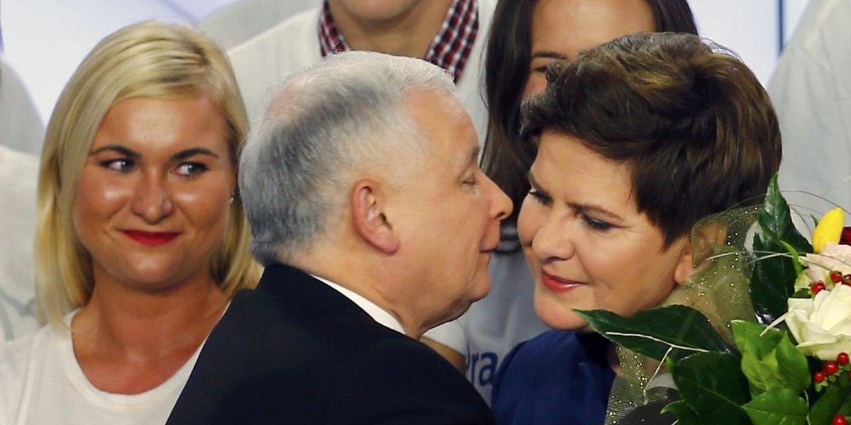 Ob Spitzenkandidatin Beata Szydlo Regierungschefin wird, ist unklar. Die Opposition mutmaßt, dass der PiS-Vorsitzende Jaroslaw Kaczynski eigene Ambitionen auf den Posten hat.