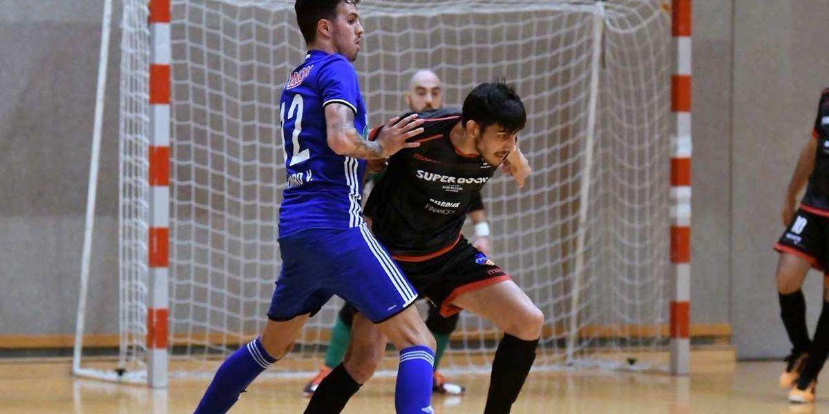 Ramiro Valente (Racing, en bleu) freine la percée d'Antonio Abreu (FC Differdange 03, en noir)