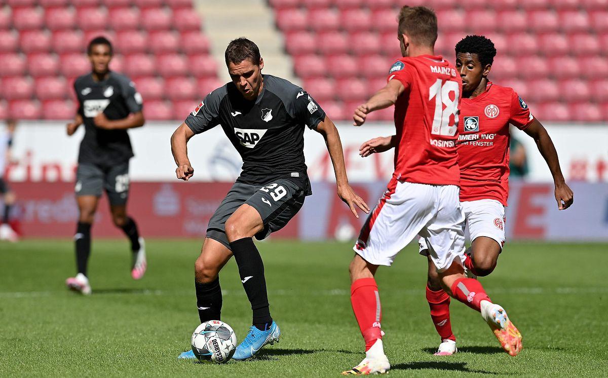 Leandro Barreiro (r.) steht bei der 0:1-Heimniederlage der Mainzer gegen Hoffenheim um Robert Skov erneut in der Startelf.