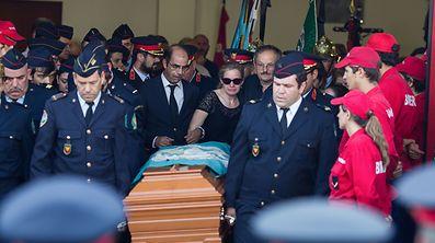 Centenas de populares e bombeiros participam no funeral do bombeiro Gonçalo da Conceição Correia que faleceu ao serviços dos Bombeiros Voluntários de Castanheira de Pêra no combate ao incêndio de Pedrogão Grande no sábado passado, Castanheira de Pêra, 21 de junho de 2017. PAULO CUNHA/LUSA