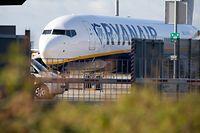 ARCHIV - 10.08.2018, Bremen: Eine Ryanair Maschine steht auf dem Gelände des Flughafens Bremen. (zu dpa-Berichterstattung über die Verschärfung der Handgepäckregeln beiRyanair vom 24.08.2018) Foto: Jörg Sarbach/dpa +++ dpa-Bildfunk +++