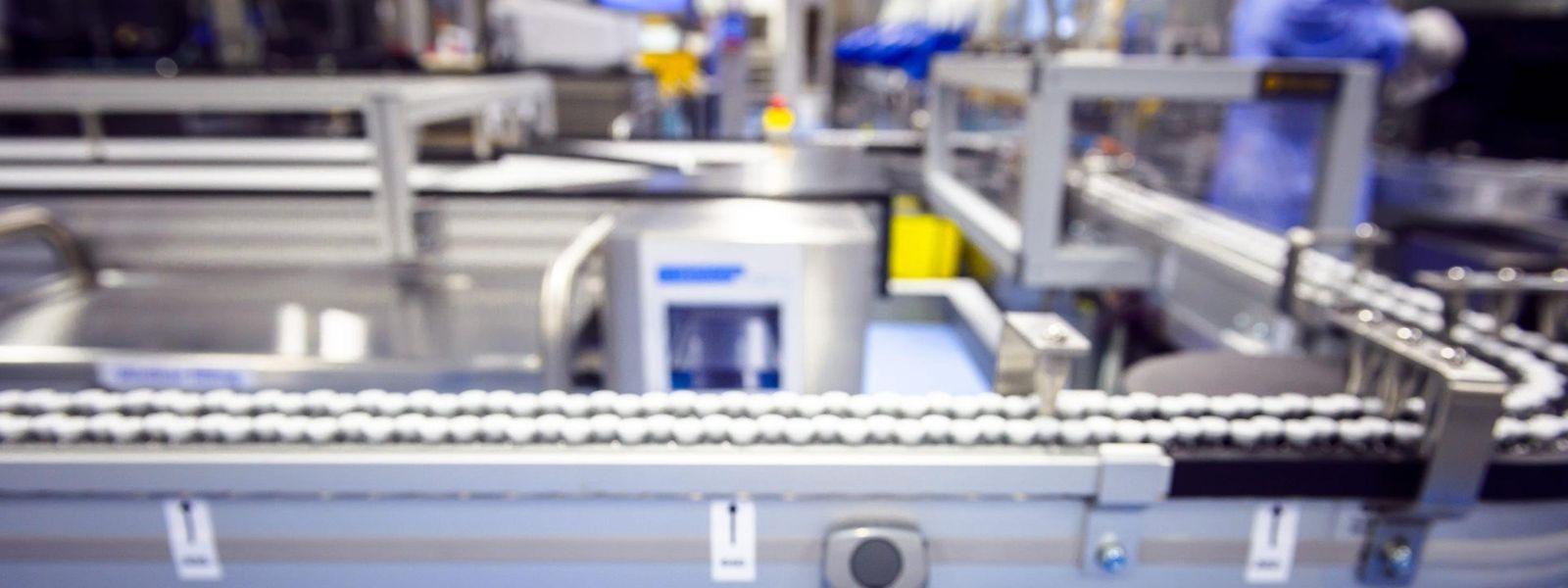 Im belgischen Puurs füllt Pfizer den bislang noch einzigen Corona-Impfstoff von BioNTech ab. Mit Trockeneis verpackt geht es mit dem Kleintransporter nach Luxemburg.