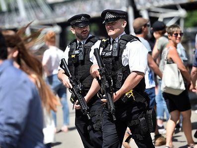 Schwerbewaffnete Polizisten auf den Straßen sind in Großbrittannien ein ungewohntes Bild.