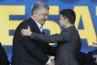 19.04.2019, Ukraine, Kiew: Petro Poroschenko (l), Präsident der Ukraine, schüttelt die Hand von seinem Herausforderer Wolodymyr Selenskyj bei einer Debatte im Olympiastadion. Vor der Stichwahl um das Präsidentenamt in der Ukraine haben sich die beiden Kandidaten eine hitzige Debatte vor Tausenden Menschen im Olympiastadion in Kiew geliefert. Sie gingen aber prompt zu scharfen Angriffen aufeinander über. Foto: Serg Glovny/ZUMA Wire/dpa +++ dpa-Bildfunk +++