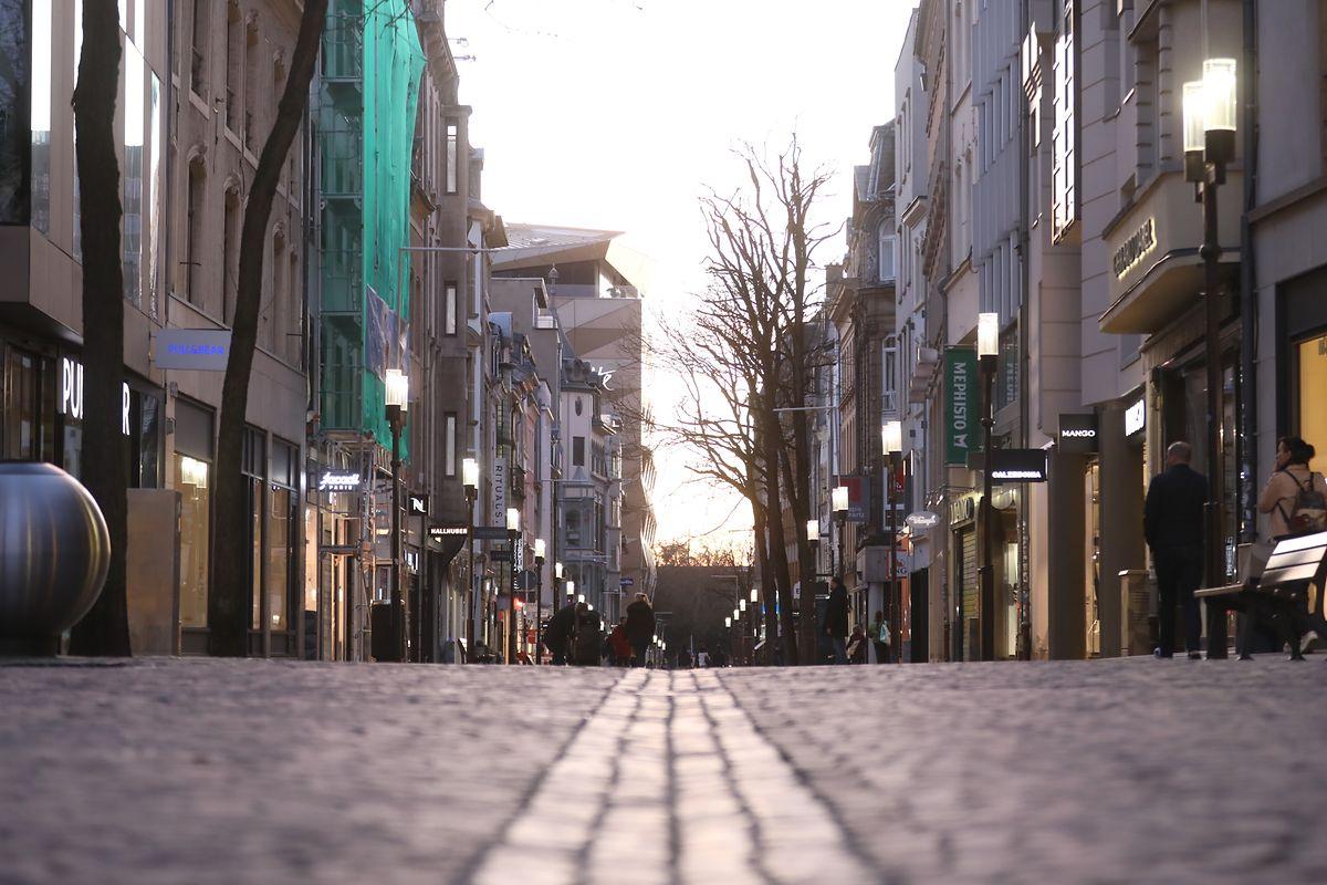 Die Fußgängerzone in Luxemburg-Stadt blieb am Sonntagabend ungewohnt leer.