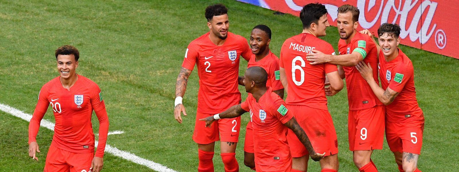 Torschütze Dele Alli (l.) grinst, der Rest des Teams liegt sich in den Armen. England steht im Halbfinale.