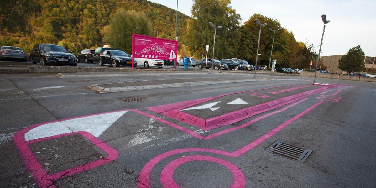 Das Graffiti in Pink zeigt unmissverständlich: Hier auf der Gare fahren keine Busse mehr ab.