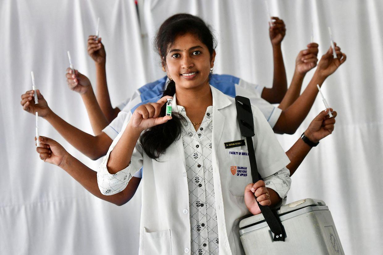 22. Oktober: Als hinduistische Göttin Durga, der Verkörperung der vollkommenen Mütterlichkeit, posiert das Pflegepersonal des Ramaiah-Krankenhaus in der südindischen Stadt Bangalore. Sie feiern damit den Meilenstein von einer Milliarde verabreichter Corona-Impfungen.