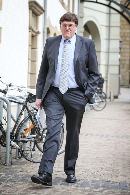 Guy Heintz marchant vers l'entrée du tribunal.