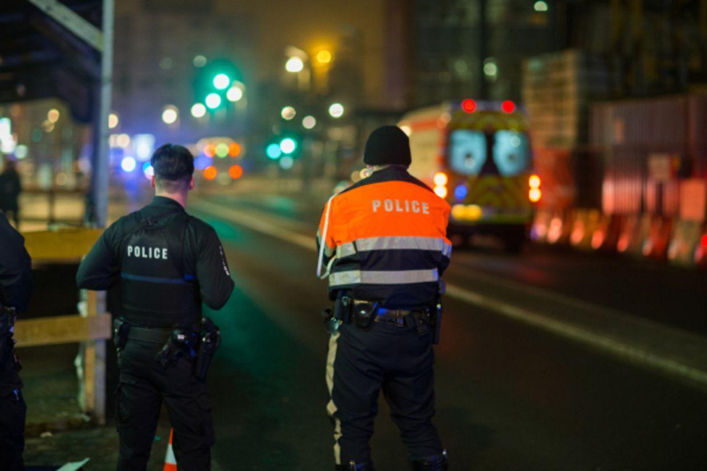 Die Polizei sperrte ein ganzes Wohnviertel ab, um den mutmaßlichen Schützen zu ergreifen.