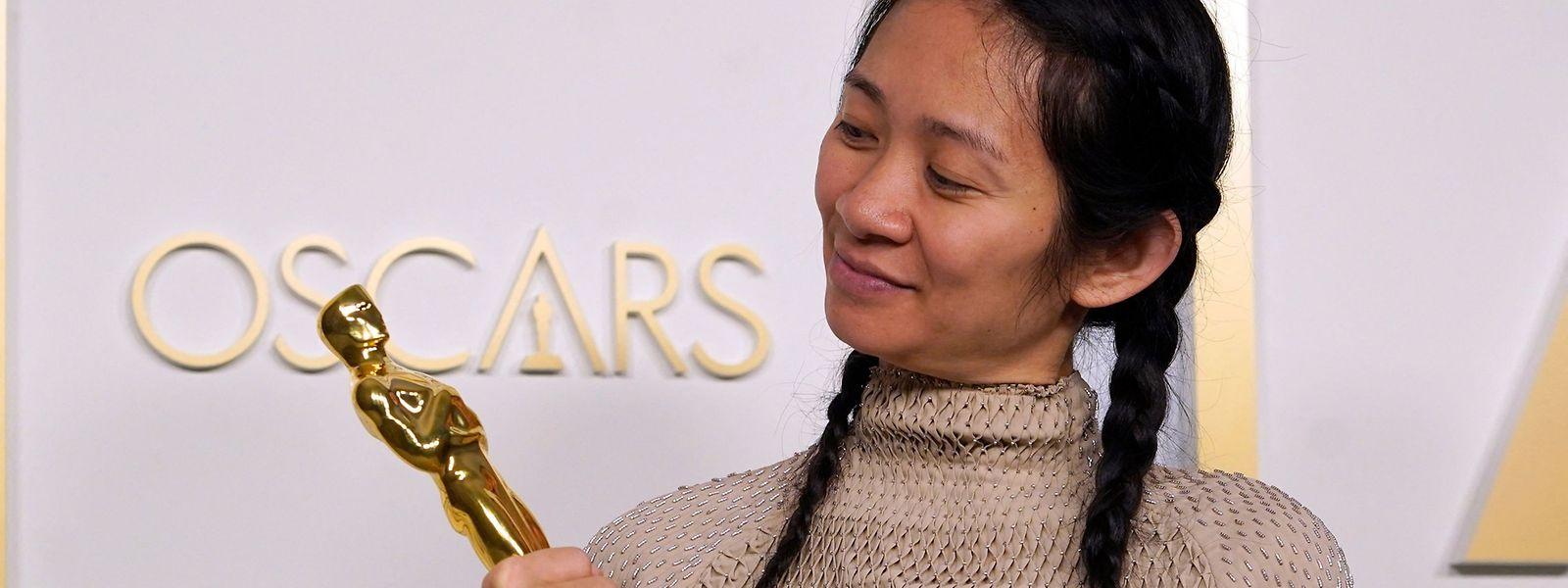 Chloé Zhao studierte im Land des Erzrivalen Chinas, in den USA: Politikwissenschaften in Massachusetts, Filmregie in New York. Dort wurde sie nun auch für ihren Film ausgezeichnet.