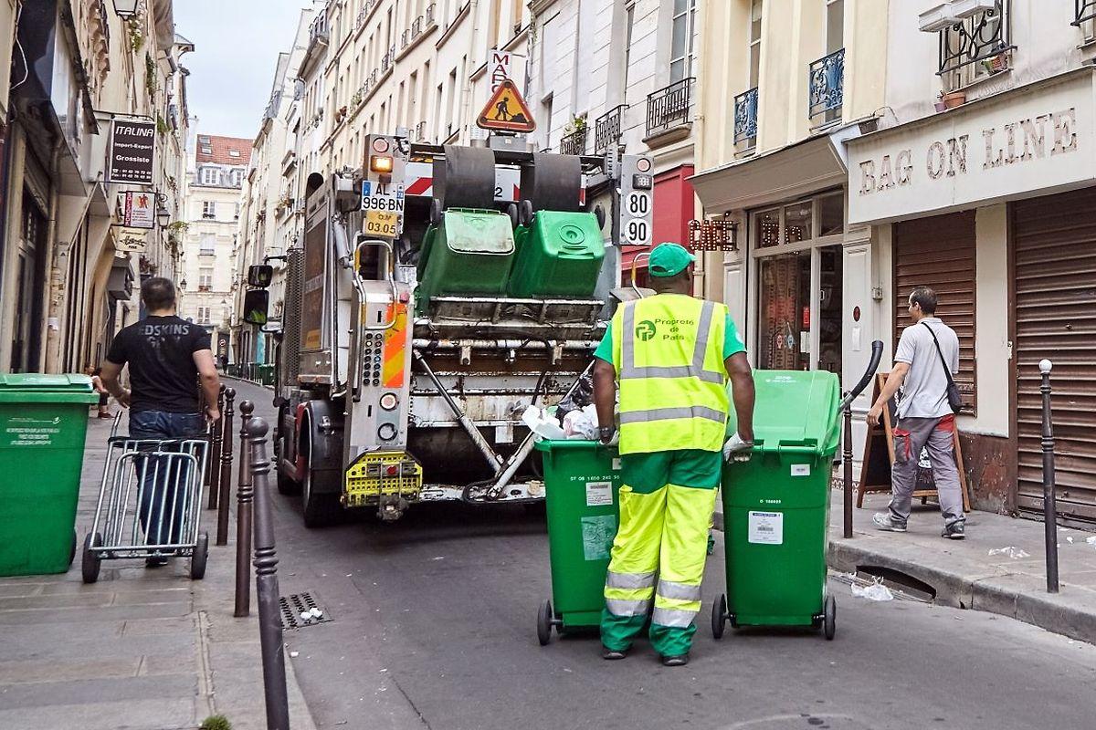 In Paris sind 2.500 Reinigungskräfte im Einsatz.