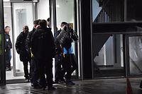 dpatopbilder - 19.11.2019, Berlin: Polizisten nehmen nach einer Auseinandersetzung, in deren Folge ein Mensch durch Messerstiche getötet wurde, in der privaten Schlosspark-Klinik eine Person fest. Foto: Paul Zinken/dpa +++ dpa-Bildfunk +++