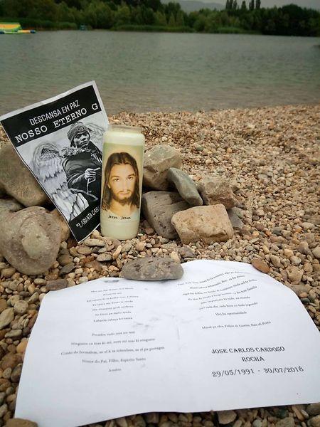 O memorial efémero foi posto no local onde o músico entrou na água.