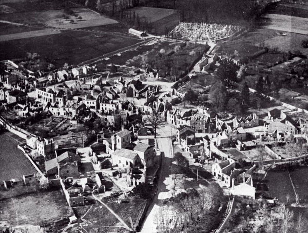 Apokalyptisches Ausmaß: Eine Luftaufnahme offenbart die Zerstörungswut, von der Oradour-sur-Glane am 10. Juni 1944 heimgesucht wurde.
