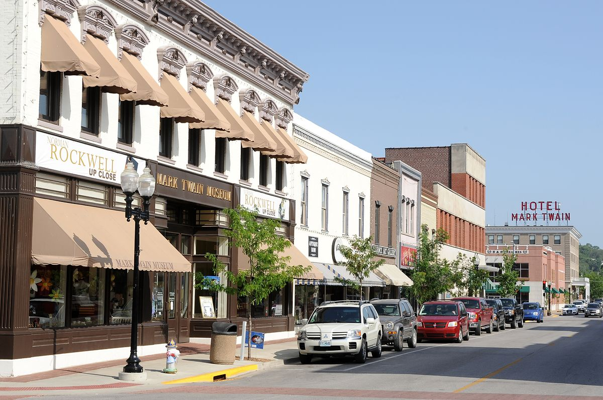 Vom Museum bis zum Hotel: In Hannibal werben viele Läden und Attraktionen mit dem Namen von Mark Twain, der in der Stadt in Missouri aufwuchs.