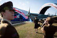 05.06.2019, Großbritannien, Portsmouth: Darstellerinnen stellen sich für ein Foto an ein historisches Flugzeug, die Spitfire, zu Beginn der Gedenkveranstaltung in Portsmouth zum 75. Jahrestag des D-Day, der Landung der Alliierten in der Normandie im Zweiten Weltkrieg. Foto: Kay Nietfeld/dpa +++ dpa-Bildfunk +++
