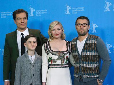 Michael Shannon, Jaeden Lieberher, Kirsten Dunst und Joel Egerton posieren auf dem roten Teppich am Potsdamer Platz in Berlin.