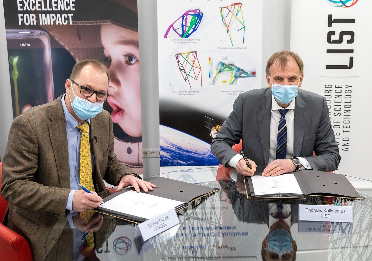 Claude Maack (links), Chef von Gradel, und Thomas Kallstenius, CEO des LIST, unterzeichnen die Kooperationsvereinbarung.