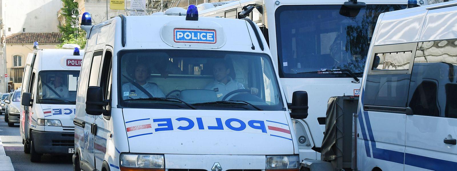 Die Polizei hat den Bus mit russischen Fans gestoppt.