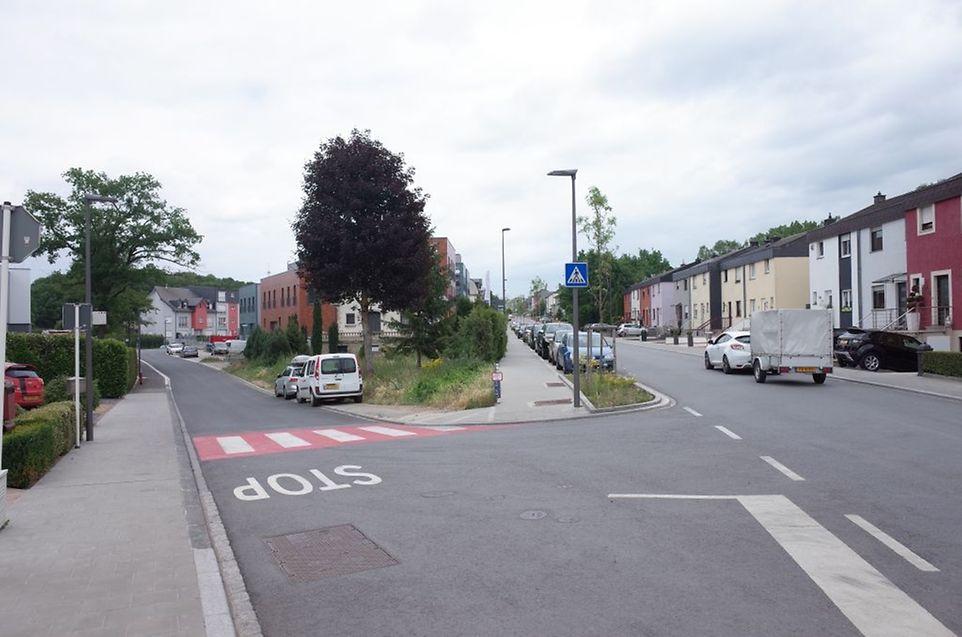 Hier können die Lastwagen, die aus der Rue de l'Industrie kommen (l.), laut Roberto Traversini, nicht nach links auf die Hauptstraße abbiegen.
