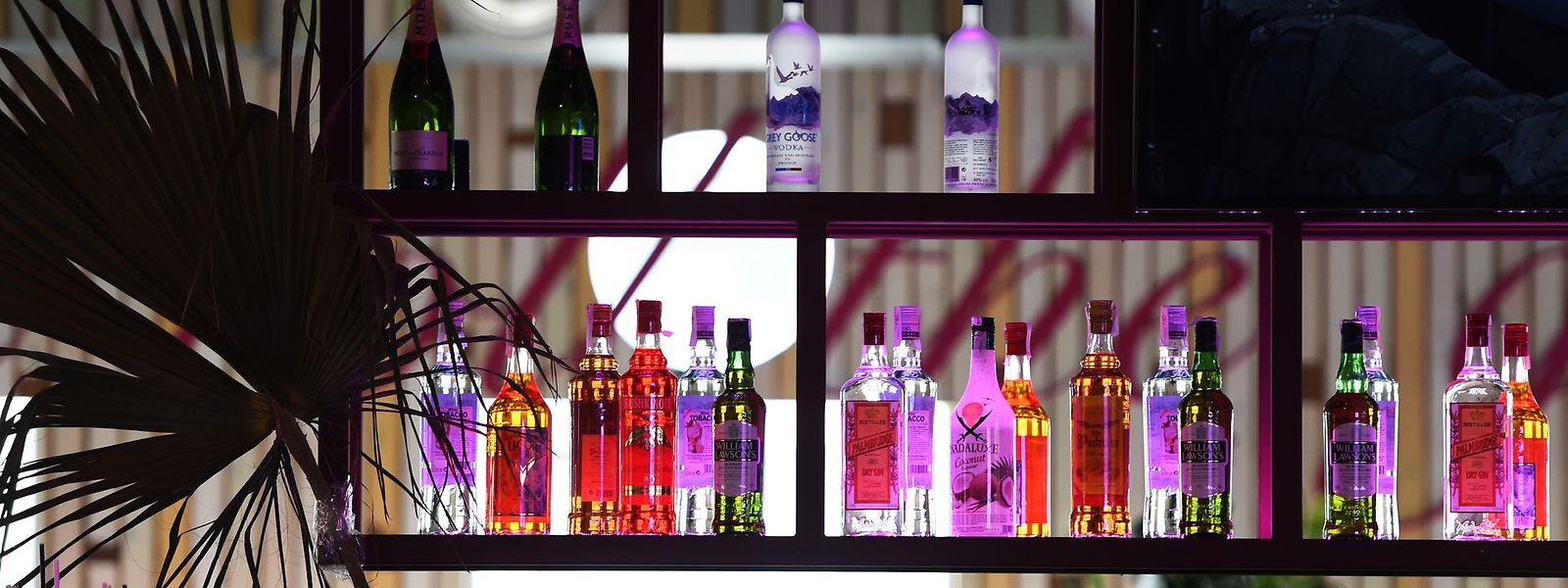 Die Regionalregierung der Balearen verabschiedete am Freitag einen Gesetzeserlass, wonach All-Inklusive-Hotels an der bei deutschen Urlaubern sehr beliebten Playa de Palma ab Februar nicht mehr unbegrenzt kostenfreien Alkohol anbieten dürfen.
