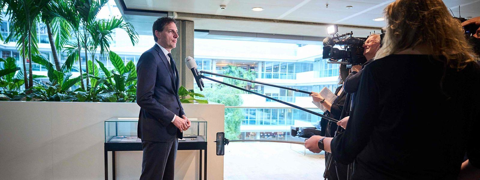 Der niederländische Finanzminister, Wopke Hoekstra, spricht mit der Presse nach der Ankündigung, dass die drittgrößte niederländische Bank ABN Amro ein Bußgeld zahlen muss.