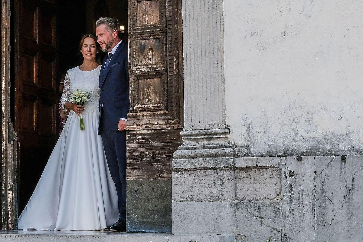 Einfach, aber wunderschön: Désirée Nosbusch wählte für die kirchliche Trauung ein bodenlanges Kleid mit einem Spitzenoberteil. Ihr Mann Tom trug einen dunkelblauen Anzug.