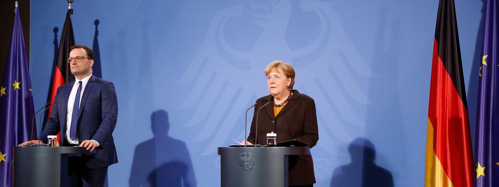 Der deutsche Gesundheitsminister Jens Spahn (CDU) und Bundeskanzlerin Angela Merkel (CDU) geben eine Pressekonferenz über die weitere Verwendung des Impfstoffs von AstraZeneca.