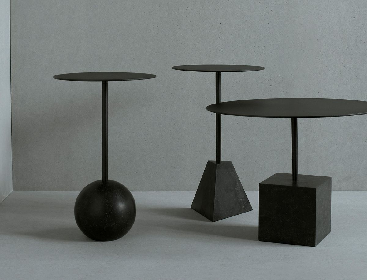 Die Möbeldesigner von Friends & Founders setzen auf geometrische und architektonische Formen - wie sich am Sockel dieser Tische zeigt.
