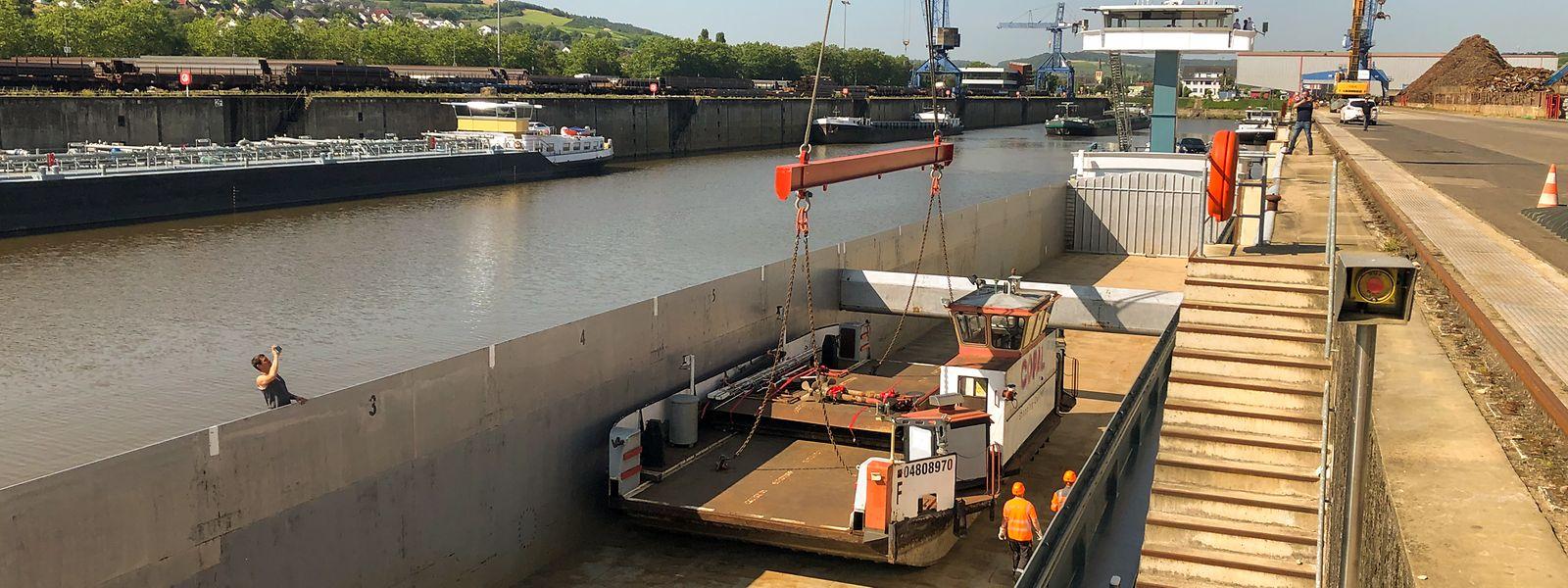 C'est dans une barge que la Sankta Maria va maintenant rejoindre Anvers, avant son long périple vers l'Afrique.