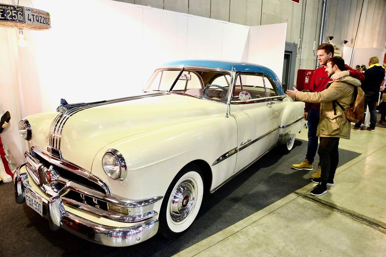 Schnelle Autos und außergewöhnliche Motorräder gab es auf der International Motor Show zu sehen. Auf dem Bild ein Pontiac Eight Baujahr 1951