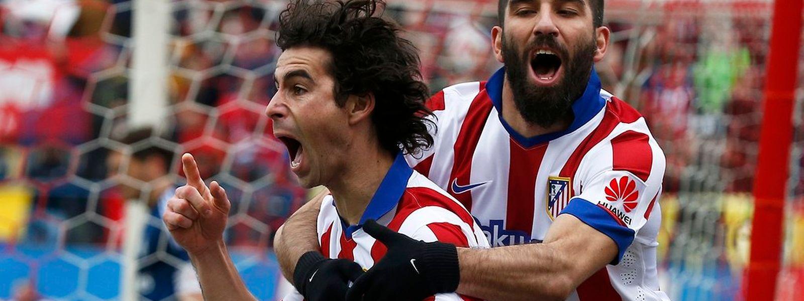 Tiago é agarrado por Arda Turan na celebração do golo do internacional português