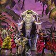 """Die Akrobaten von """"Afrika! Afrika!"""" ziehen die Zuschauer mit ihrem euphorischen Auftreten in den Bann."""