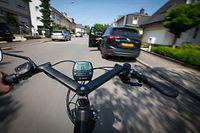 Lokales - Dooring - Dat ass wann een Autofuerer onvirsichteg d'Autosdier opmecht an doduerch e Velosfuerer a Gefor bréngt - Foto: Maximilian Richard/Luxemburger Wort