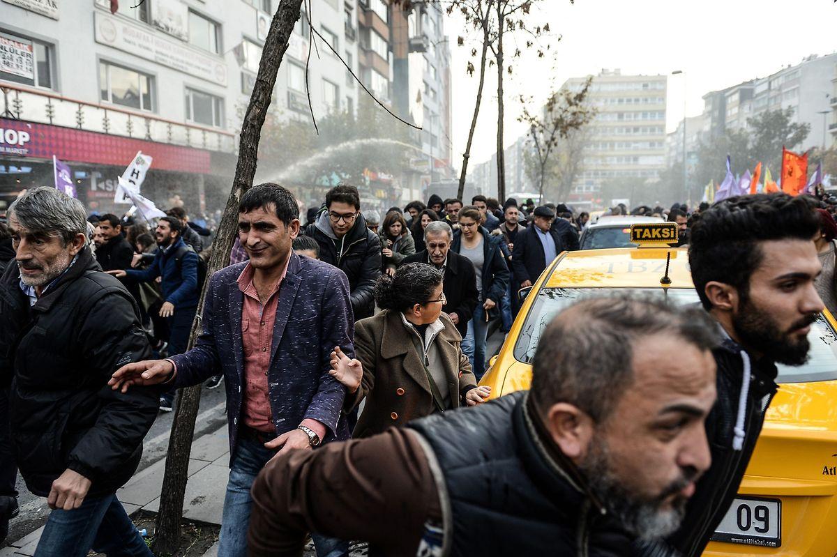 Die Polizei setzte bei einer Kundgebung der HDP in Istanbul Wasserwerfer, Tränengas und Plastikgeschosse ein.
