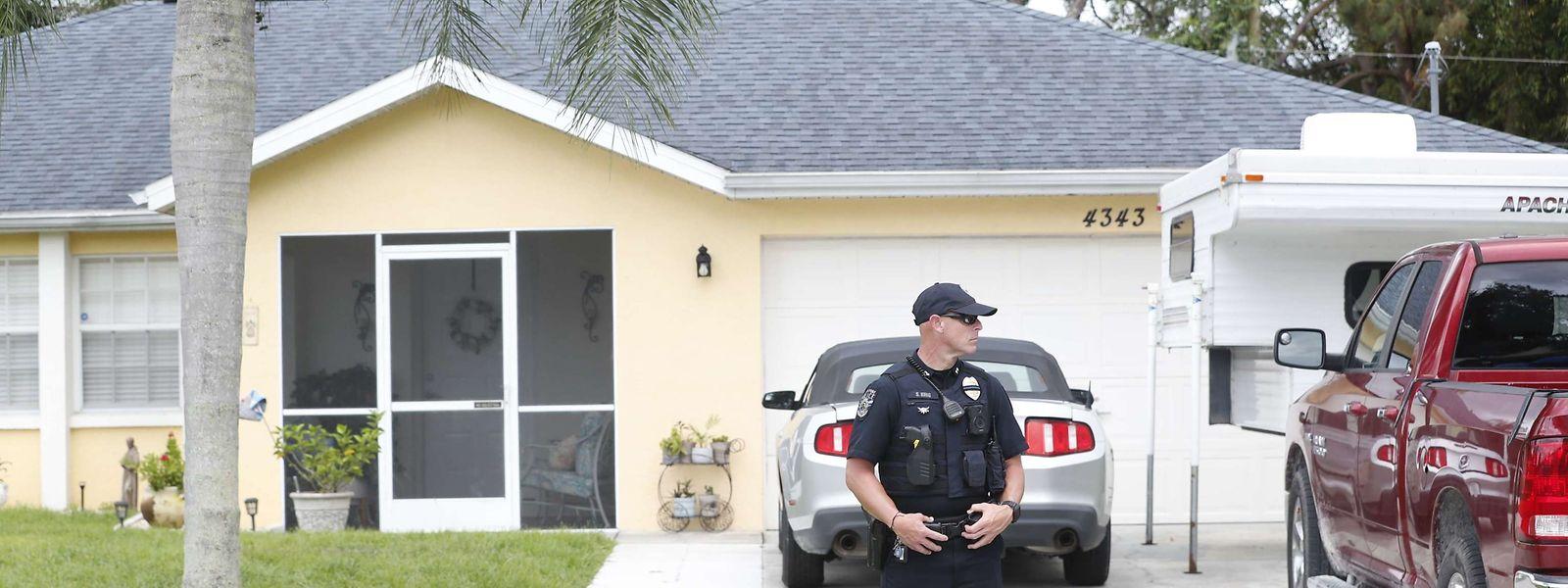 Die Polizei durchsucht das Elternhaus von Brian L. in North Port, Florida.