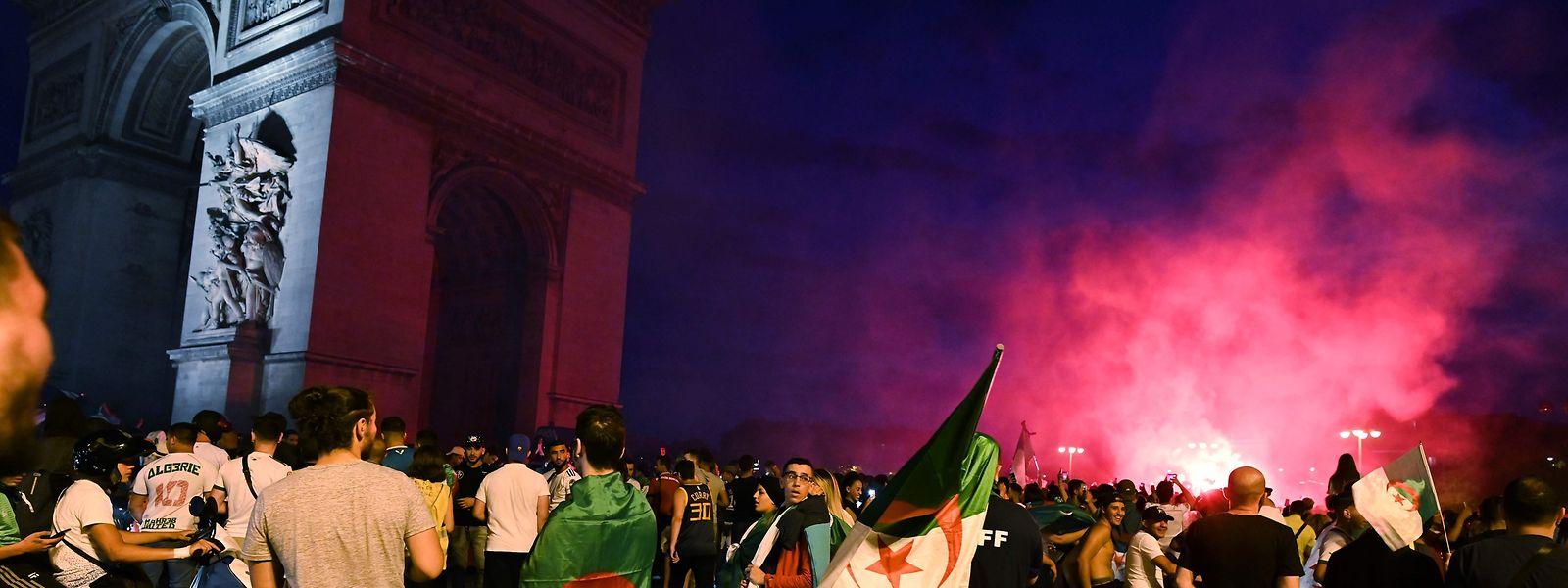 Em Paris, milhares de pessoas concentraram-se por volta da meia-noite junto ao Arco do Triunfo após o apuramento da equipa argelina para as semifinais do campeonato de futebol que decorre no Egipto.