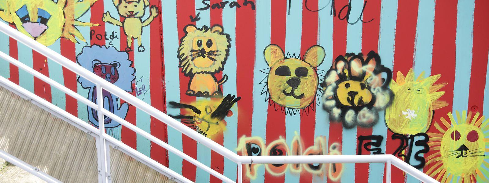 An einer Wand am Haupteingang der Stiftung Kriibskrank Kanner in Strassen sind Bilder des Maskottchen Poldi zu finden.