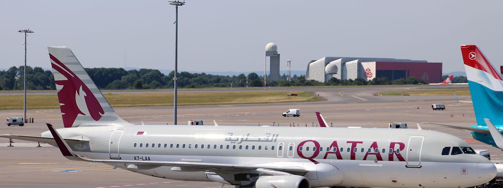 Ungewöhnlicher Gast: eine Passagiermaschine von Qatar Airways auf dem Findel