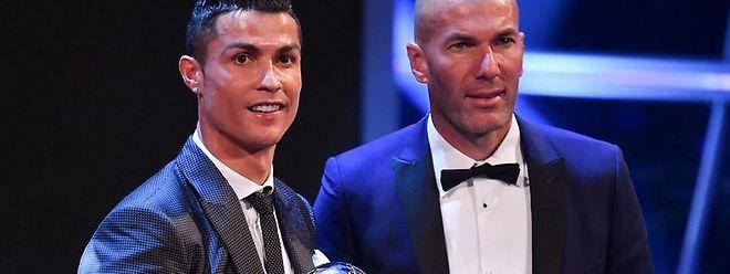 Cristiano Ronaldo, eleito melhor jogador, acompanhado de Zinedine Zidane, melhor treinador, ambos do Real Madrid