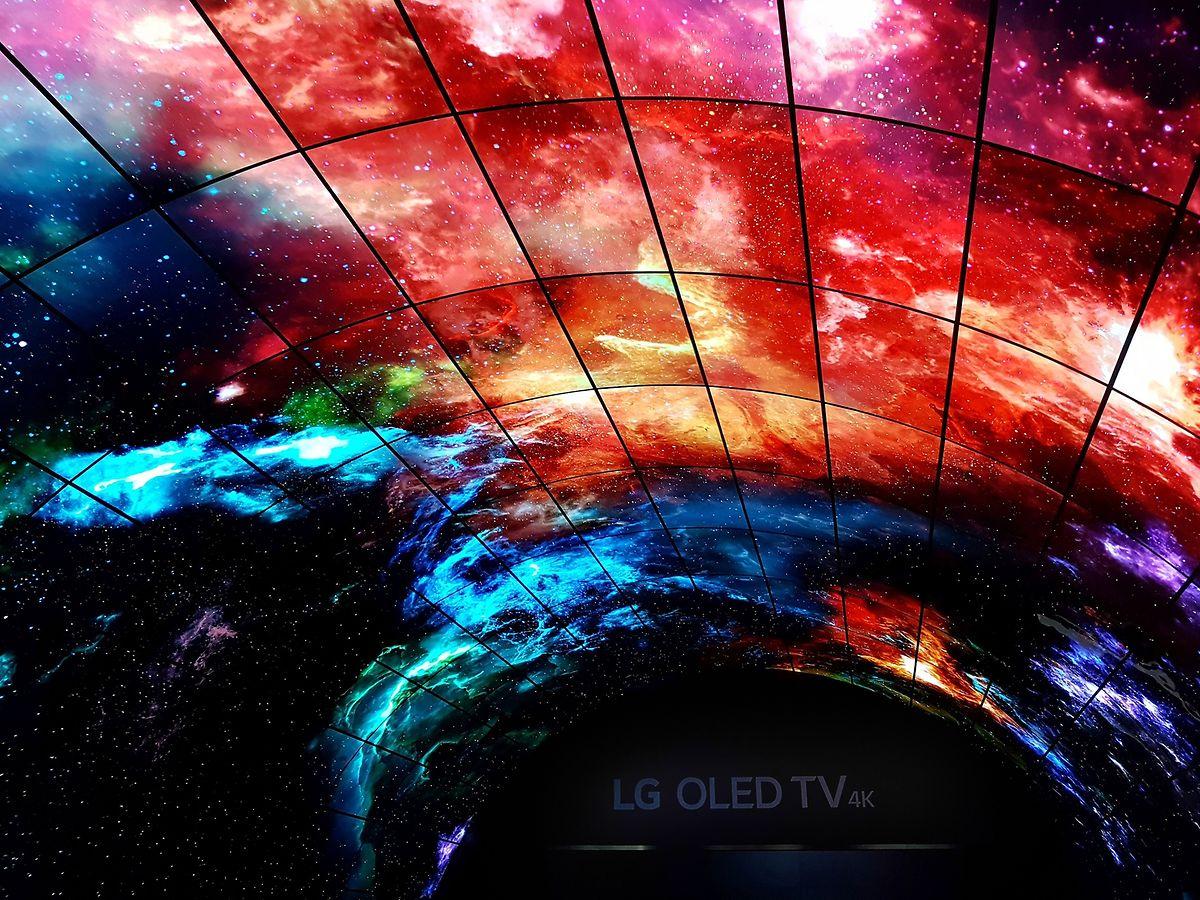 """Highlight: Das Potenzial der Oled-Technik setzte der Hersteller LG eindrucksvoll unter Beweis. Seine 216 extrem dünnen und flexiblen 55-Zoll-Curved-Displays bildeten einen 15 Meter langen, 7,4 Meter breiten und fünf Meter hohen Bildtunnel. Die beeindruckende Bildfläche, die über fast eine halbe Milliarde Pixel verfügte, tauchte den Zuschauer ein in bestechend lebensechte Bilder von Unterwasserwelten und Sternenformationen. Oled steht für """"Organic Light Emitting Diode"""", was so viel bedeutet wie """"organische Leuchtdiode"""". Oled ist Lichtquelle und Bildgeber zugleich, und die sehr stromsparende Technik zeichnet sich durch brillante und weniger matte Farben sowie hervorragende Schwarz- und Kontrastwerte aus."""