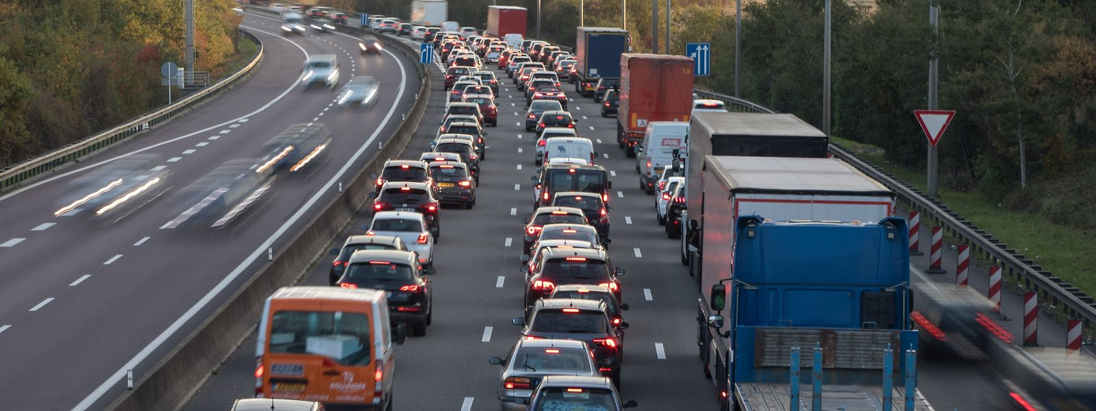 186.649 Grenzgänger finden tagtäglich den Weg nach Luxemburg. Viele von ihnen greifen auf das Auto als Transportmittel zurück, was für täglichen Stau sorgt.