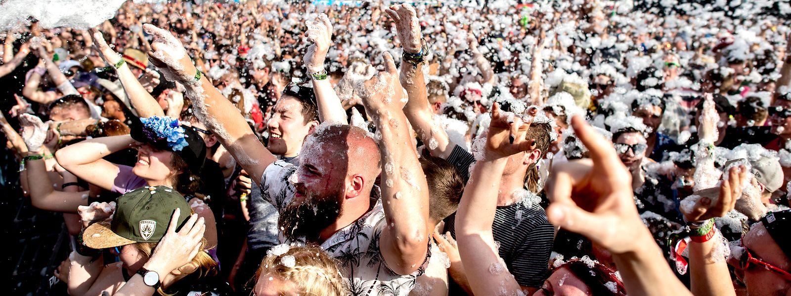 Bilder wie dieses wird es in diesem Jahr nicht geben: Festivalbesucher feiern auf dem Hurricane Festival im deutschen Scheeßel.