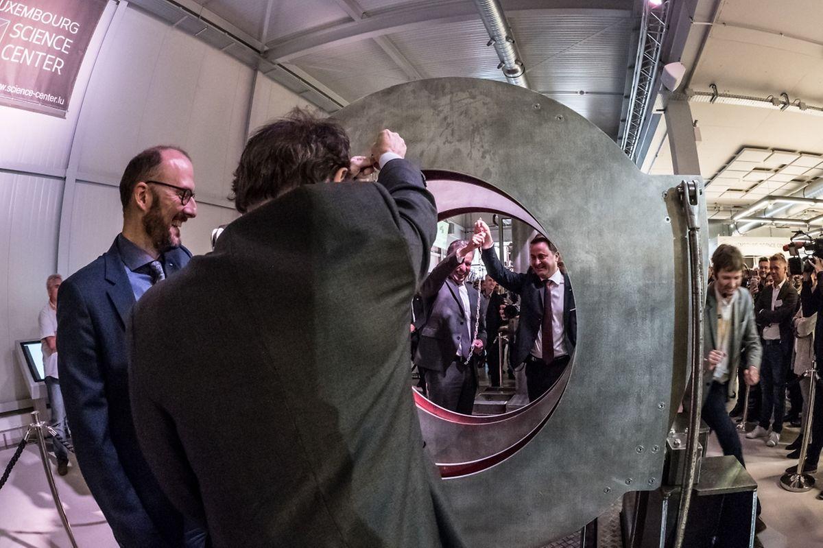 Au traditionnel couper de ruban, le président du Luxembourg Science Center, Nicolas Didier, a préféré une expérience pour relier une chaîne coupée en deux via l'électromagnétisme.