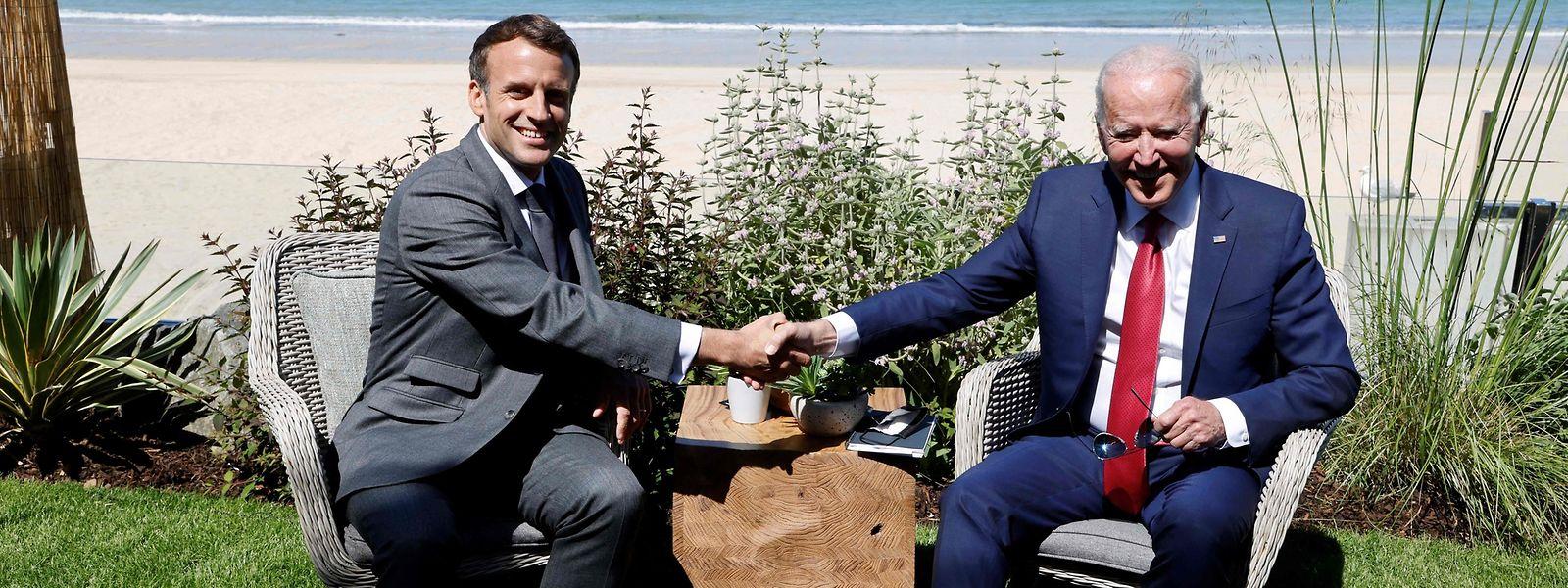 Frankreichs Präsident Emmanuel Macron (l.) begrüßt Kanadas US-Präsident Joe Biden vor einem bilateralen Treffen während des G7-Gipfels.